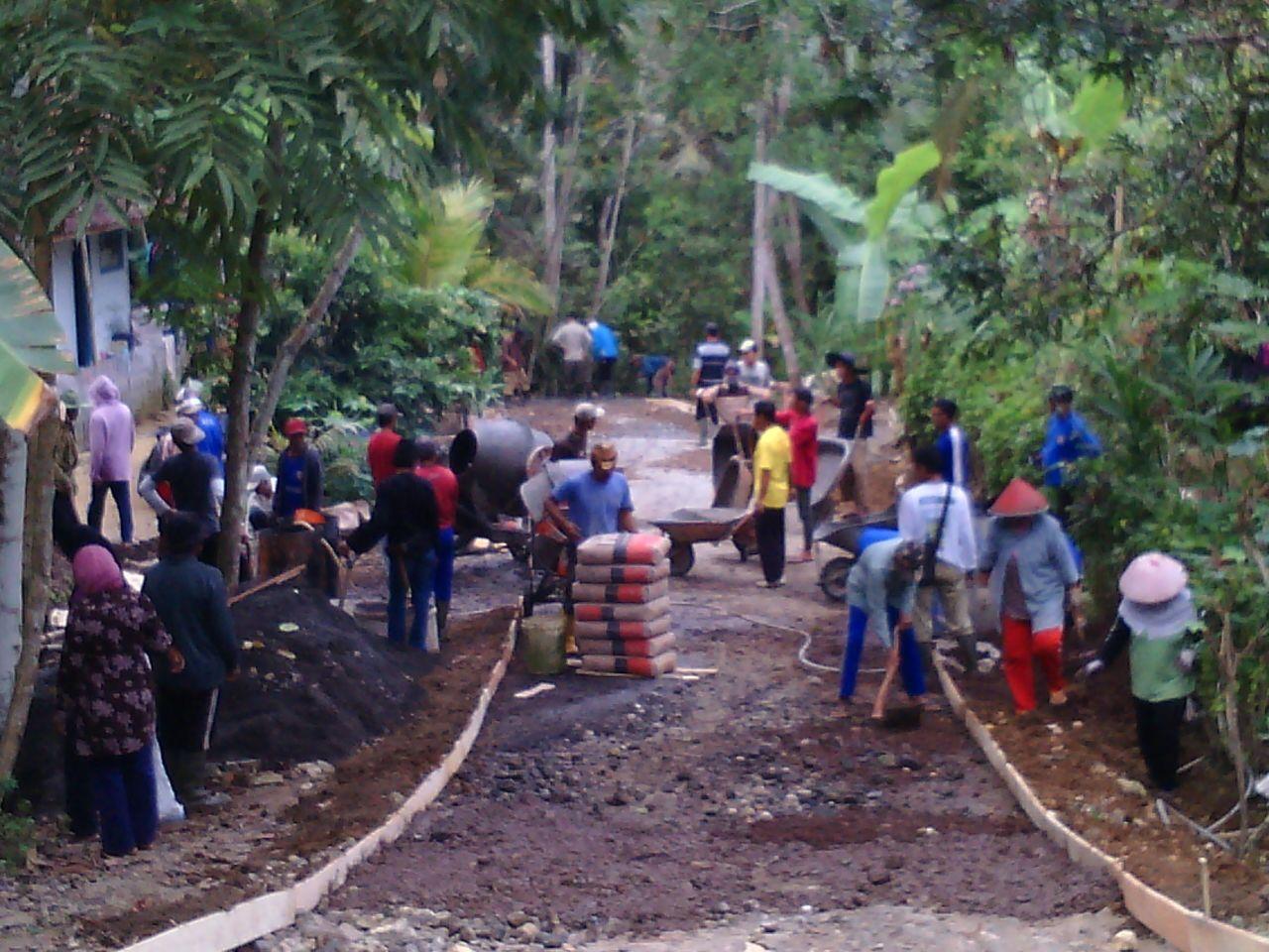 Warga Dusun Cibayawak  Bangun TPT Dengan Swadaya