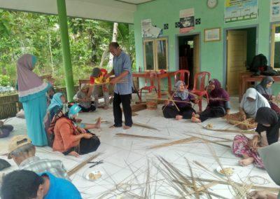 Pelatihan sapu lidi untuk peyandang disabilitas desa sidamulih