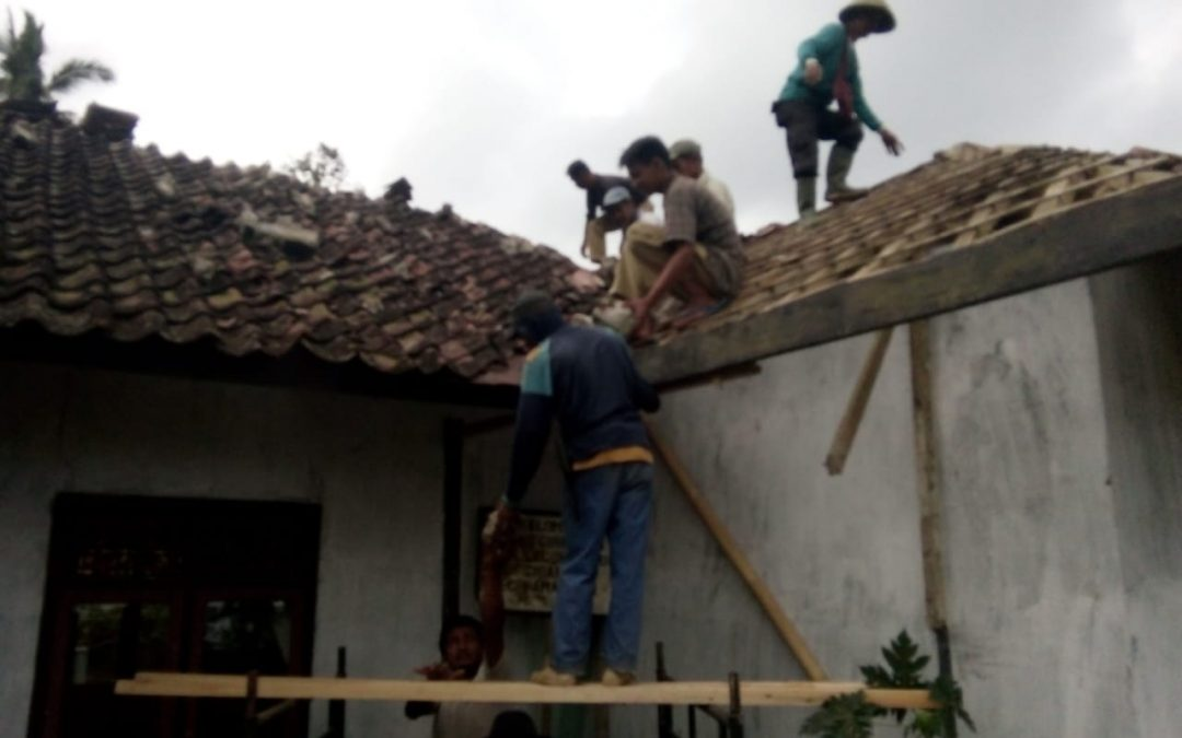 Masyarakat RW 05 Rehab Madrasah Secara Swadaya