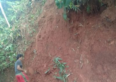 Tebing jalur alternatif desa longsor