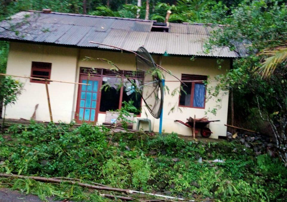 Akibat Angin Kencang Rusak Rumah Warga